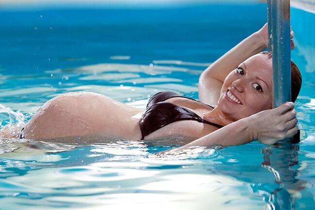 Упражнения в бассейне для беременных